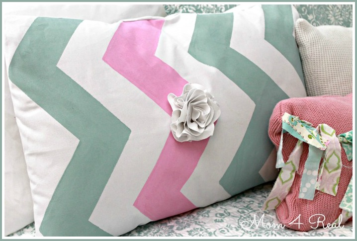 Stenciled Chevron Pillow at www.mom4real.com