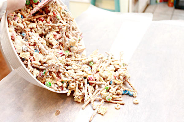How-to-make-white-chocolate-chex-mix-for-Christmas