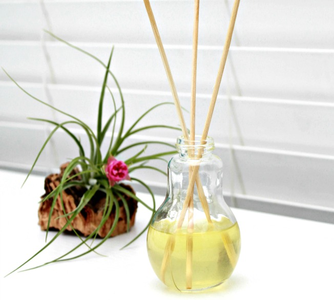 http://www.mom4real.com/wp-content/uploads/2015/02/Homemade-Reed-Diffuser-Using-Essential-Oils.jpg