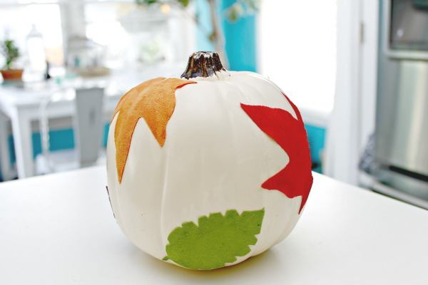 With little kids, carving pumpkins can be daunting so say the least. Here are some really easy and creative no carve pumpkin decorating ideas so you can throw your own pumpkin decorating party for Halloween or just for fun! Decoupaged Leaf Pumpkin