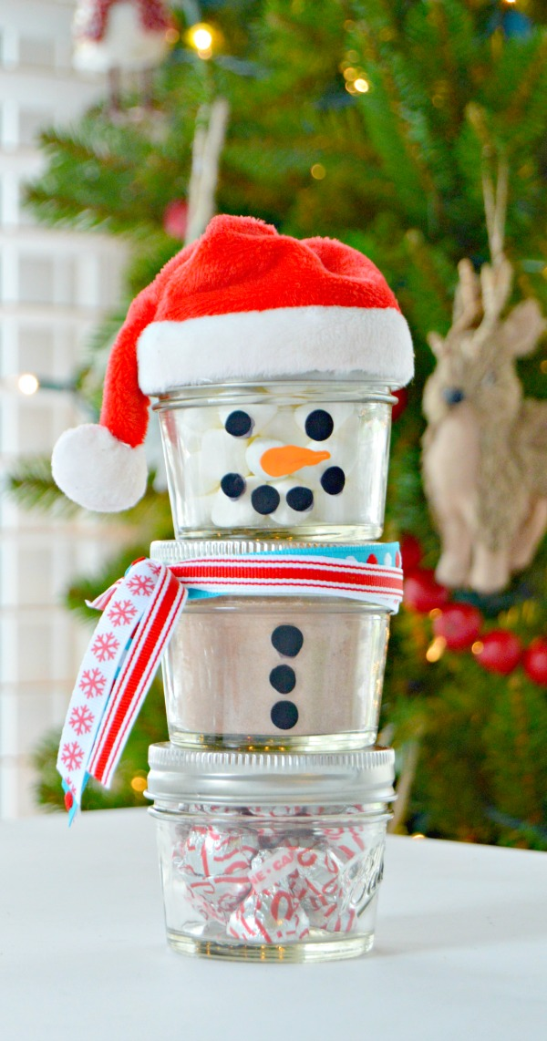 Hot Chocolate Mason Jar Snowman Gift Idea...the perfect Christmas gift for teachers, friends or young family members!