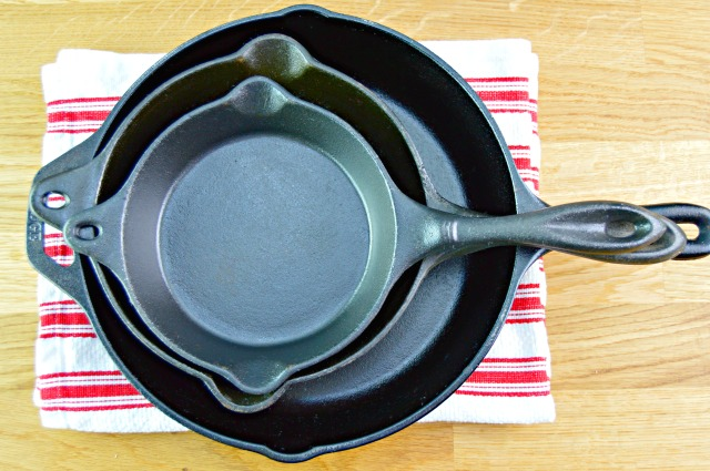 http://www.mom4real.com/wp-content/uploads/2016/09/clean-cast-iron-skillets-new.jpg