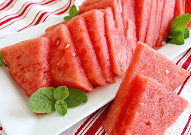 https://www.mom4real.com/wp-content/uploads/2017/06/how-to-cut-watermelon_1.jpg