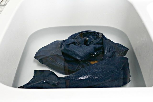 jeans-soaking-in-vinegar-and-water